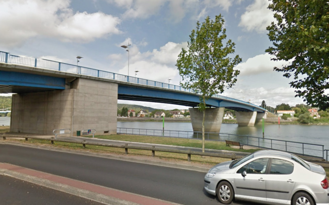 Un témoin a vu la femme se jeter du pont Jean-Jaurès. Les policiers lui ont lancé une corde et ont pu la ramener sur la berge (Illustration © Google Maps)