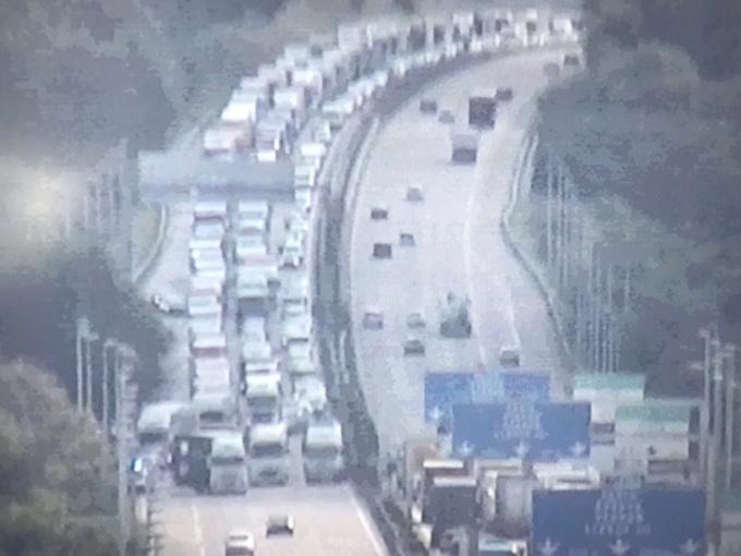 Le blocage de l'A13 par les forains a généré d'importants bouchons dans les deux sens de circulation (photo publiée par Sanef sur son compte Twitter)