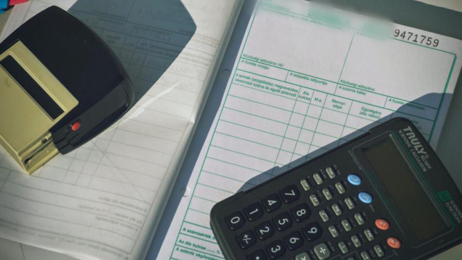 Entre décembre 2012 et juillet 2015, la comptable de l'hypermaché aurait créé des fausses factures à son profit et encaissé les montants (Illustration © Pixabay)