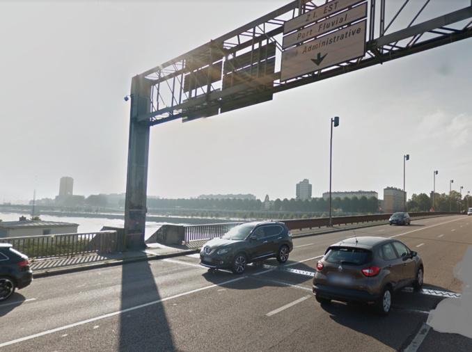 Le piéton venait de l'escalier qui accède au pont. Il s'est engagé sur la chaussée au moment où survenait le poids-lourd (illustration @ Google Maps)