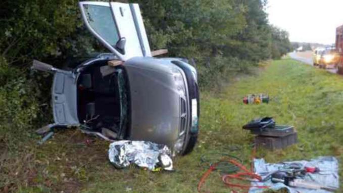 La Citroën Xsara s'est immobilisée sur le flanc après avoir glissé sur la chaussée humide (Photo @ D. R.)