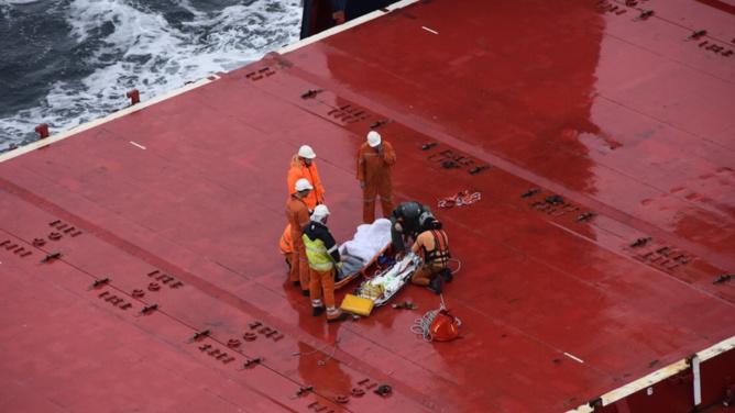 Le marin blessé a été médicalisé avant d'être évacué vers l'hôpital de Cherbourg (Photo @ Préfecture Maritime)