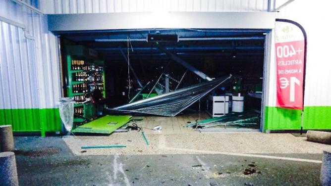 Les casseurs ont utilisé un tracteur pour défoncer le rideau métallique du supermarché (Photo © gendarmerie/Facebook)