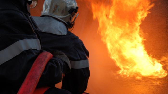 Les pompiers ont mis en batterie trois lances pour venir à bout du sinistre (Illustration)