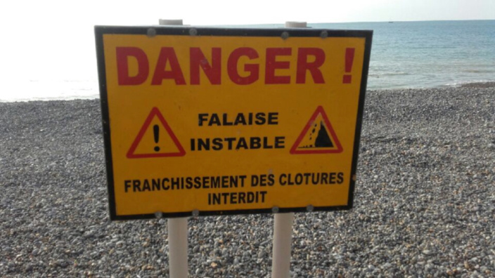 Un morceau de falaise s'effondre sur la plage à Hautot-sur-Mer : pas de victime sous les rochers