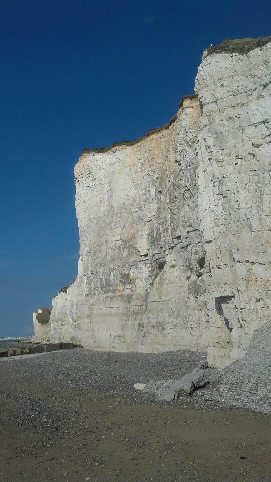 Plusieurs milliers de mètres cubes de craie sont tombés sur la plage, selon le Codis76 ( Photo @ infonormandie)