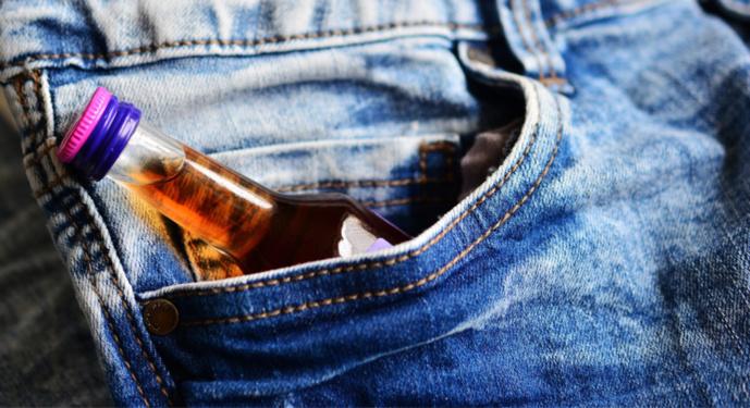 Deux clients ont été contrôlés en possession de bouteilles d'alcool à la sortie d'épiceries de nuit (Illustration @ Pixabay)