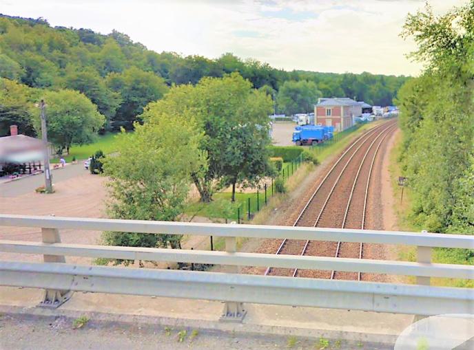 Le corps était pendu par une sangle à la balustrade du pont qui enjambe les voies de chemin de fer de la ligne Rouen - Caen (Illustration © Google Maps)