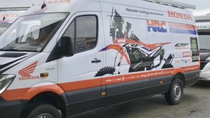 La moto était entreposée dans une des camionnettes de l'équipe Mindter Energy Honda quai Colbert (Photo @ Monster Energy)