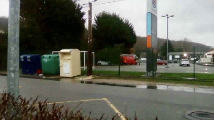 Une voiture s'est retrouvée ensevelie sous un sapin à Fécamp (Photo d'un lecteur)