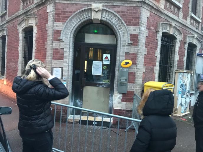 Les malfaiteurs ont défoncé la vitre inférieure de la porte d'entrée pour s'introduire à l'intérieur du bureau de Poste (Photo © InfoNormandie)