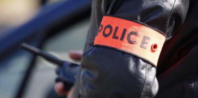 A l'origine, les policiers sont intervenus pour une agression sous la menace d'une arme. Lors des constatations, ils découvrent de la drogue dans l'appartement de la victime (Illustration)