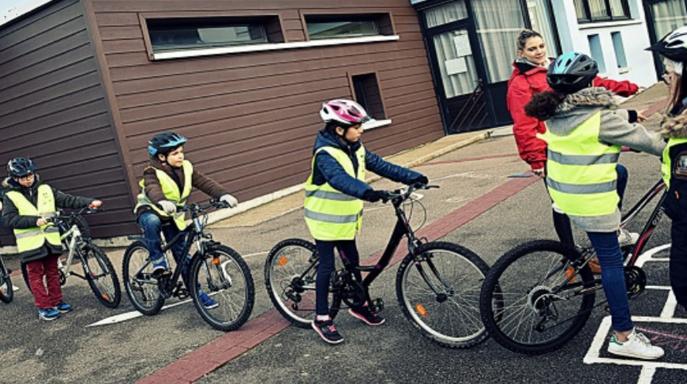 Dans le cadre du service civique à l'hôtel de police, Morgan, Gwendoline et Erwan, ont prodigué de précieux conseils aux écoliers sur la maîtrise de la bicyclette