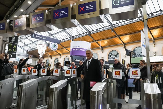 Hervé Morin, président de la Région Normandie, Jean Ghédira, directeur général Intercités SNCF mobilités, et Jean-Philippe Dupont, directeur régional TER Normandie, ont testé ce mardi le nouveau dispositif (Photo © Région Normandie)