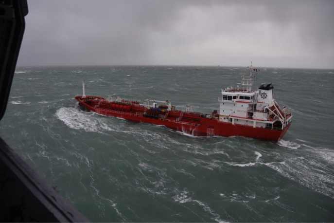 Le blessé a été  hélitreuillé à bord du Caïman de la flottille 33F (Photo @ Marine nationale D. Batany)