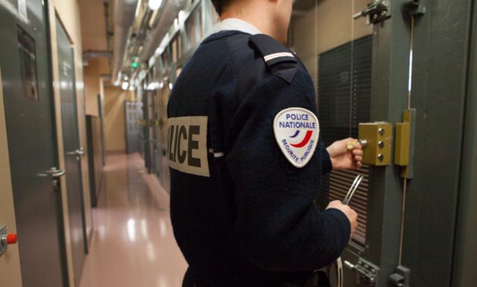 Le client violent et alcoolisé a été placé en cellule de dégrisement dans l'attente de pouvoir être entendu (Illustration © DGPN)