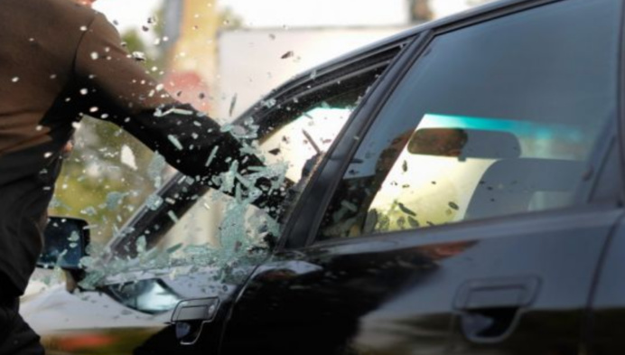 Le roulottier brisait le déflecteur pour s'introduire dans le véhicule (Illustration)