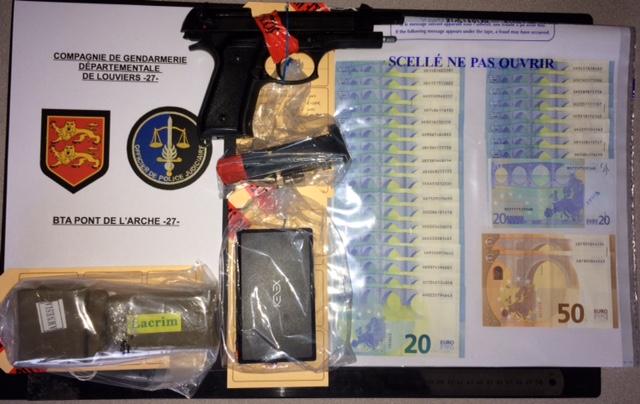 De la résine de cannabis, des billets de banque ainsi qu'une balance électronique et un pistolet d'alarme ont été découverts lors de la perquisition du domicile du père de famille (Illustration © Gendarmerie)