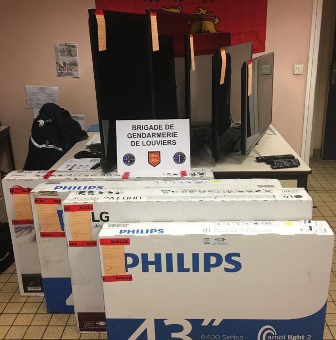Neuf des douze téléviseurs ont été récupérés par les gendarmes et restitués au transporteur (Photo @ gendarmerie)