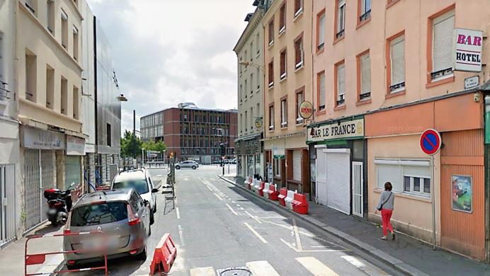 Le feu s'est déclaré dans une chambre, au rez-de-chaussée de cet immeuble (à droite) rue du Guesclin (Illustration © Google Map 2016)