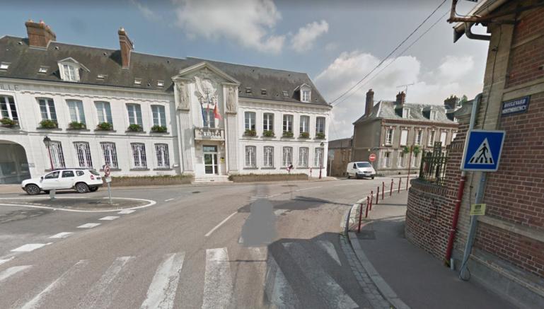 Le piéton a été percuté par le poids lourd à hauteur de ce carrefour, face à la mairie de Gournay-en-Bray (Illustration © Google Maps)