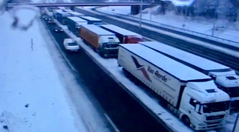 Des zones de stockage des poids lourds ont été mises en place sur les autoroutes en direction de Paris (Document © Sanef)