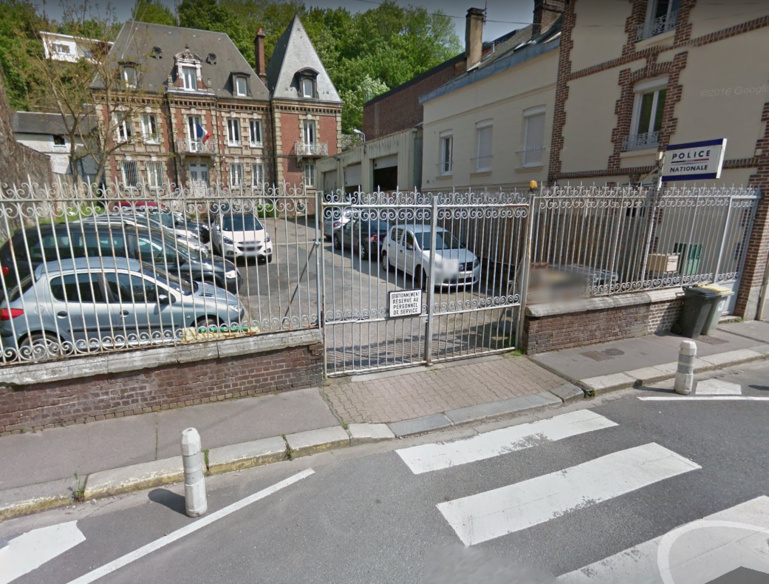 Fortement alcoolisé, le quadragénaire a perdu le contrôle de son scooter devant les grilles du commissariat de Bolbec, rue Thiers (Illustration © Google Maps)