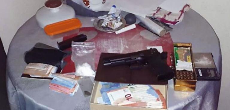 La drogue, l'argent et les armes ont été saisis (Photo © Gendarmerie)