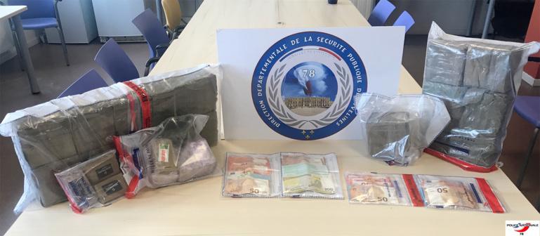 2, 102 kg d'herbe et de résine de cannabis ainsi que d'importantes sommes d'argent ont été saisis lors des perquisitions à Carrières-ous-Poissy et Achères (Photo © DDSP78)