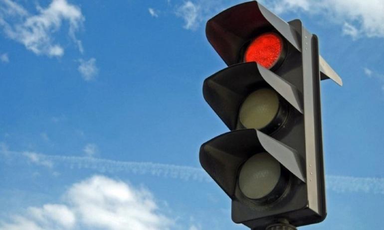 Griller un feu rouge est sanctionné par un retrait de quatre points et d'une amende de 135 euros (Illustration)