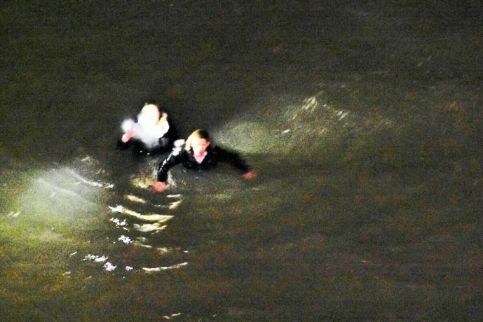 Les deux jeunes en difficultés ont été hélitreuillés à bord de l'hélicoptère de la Marine nationale (Photo © Premar)