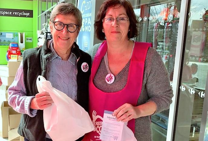 Dominique et Séverine, deux bénévoles dévouées à la noble cause. Elles vous attendent jusqu'à ce soir à Carrefour Market à Pacy-sur-Eure (Photo © infoNormandie)