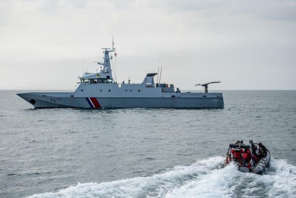 Le patrouilleur de service public a pris à son bord le marin blessé pour le ramener à Port en Bessin (Photo @ Préfecture maritime)
