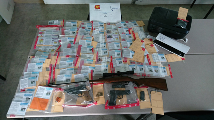 Des billets de banque, des armes, munitions et fausses cartes de pêche ont été découverts lors de la perquisition des gendarmes au domicile du commerçant de Gaillon (Photo © Gendarmerie)