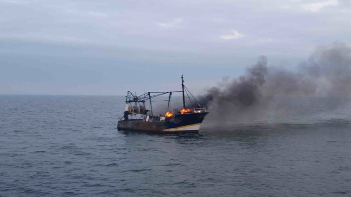 Seine-Maritime : un chalutier en feu au large de Dieppe, l'équipage récupéré sain et sauf