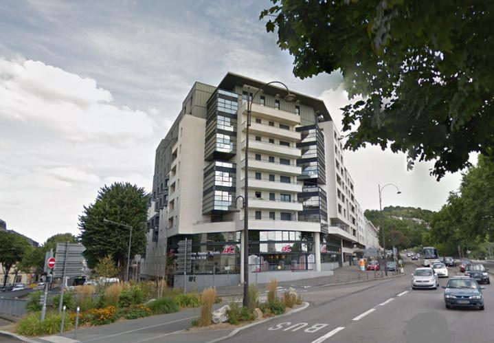 L'homme, très grièvement blessé, a été découvert au pied de cet immeuble situé à l'angle du boulevard Gambetta et du quai de Paris à Rouen (Illustration © Google Maps)