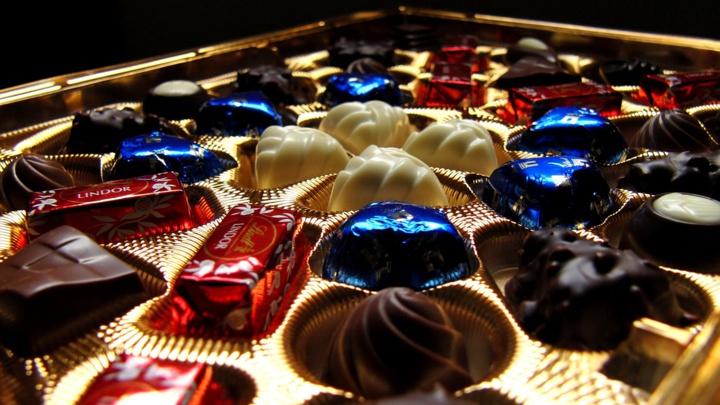 Elle refuse sa boite de chocolats, il la frappe violemment (Illustration © Pixabay)