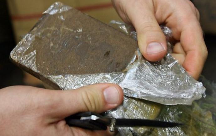 8,4 kg de résine de cannabis destinés à la revente ont été saisis dans l'appartement du dealer présumé à Sotteville-lès-Rouen (Illustration)