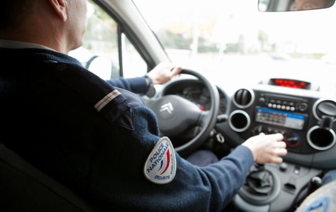 La rampe lumineuse d'un véhicule de police a été légèrement endommagé (Illustration © DGPN)