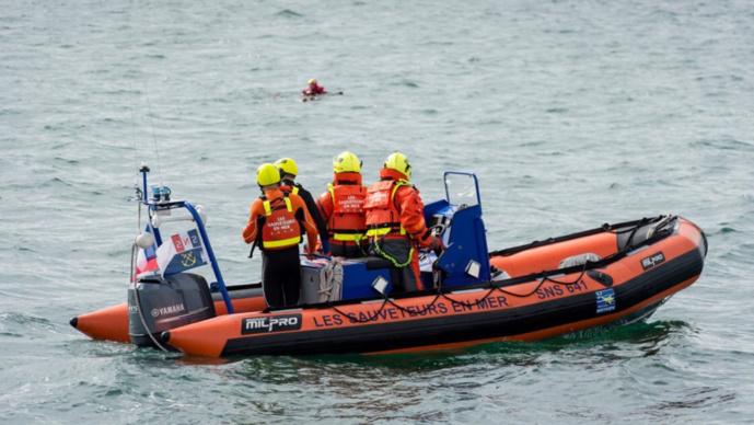 Une embarcation des sauvetuers en mer d'Yport ont été mobilisés sur le lieu de l'intervention avec l'hélicoptère de la sécurité civile Dragon 76 (Photo © Préfecture maritime/Twitter)
