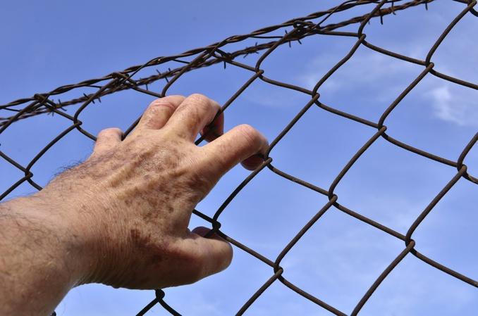 """Décrit comme un as de l'escalade, l'homme de 34 ans qui s'est évadé ce matin est surnommé """"Spiderman"""" par les surveillants du centre de détention de Val-de-Reuil (Illustration © Pixabay)"""