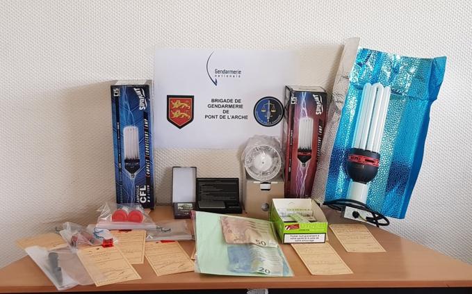 Lors des perquisitions, les gendarmes ont saisi de l'argent, de la drogue et du matériel dédié au trafic de stupéfiants - Photo @ gendarmerie de L'Eure