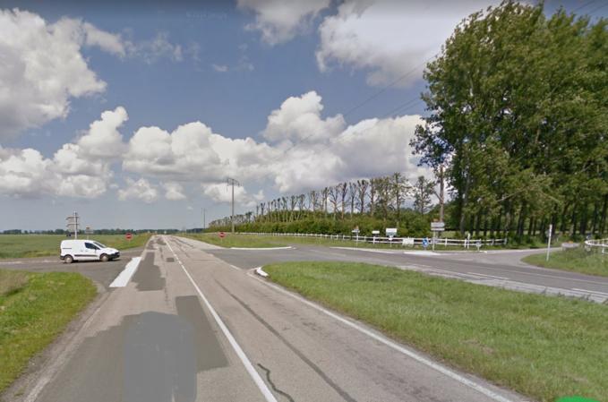 Le camion-plateau a été découvert dans un champ à proximité de cette intersection à deux kilomètres du centre-bourg de Beauval-en-Caux. Son conducteur était blessé grièvement à la tête - Illustration © Google Maps