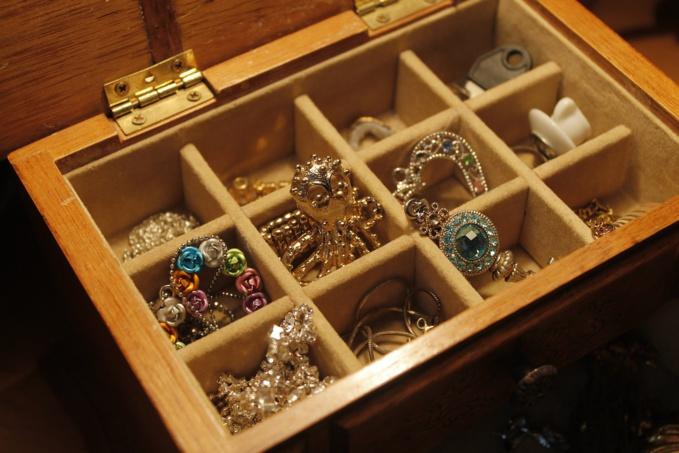 Après le départ des faux policiers, l'octogénaire a constaté que ses bijoux n'étaient plus là - Illustration © Pixabay