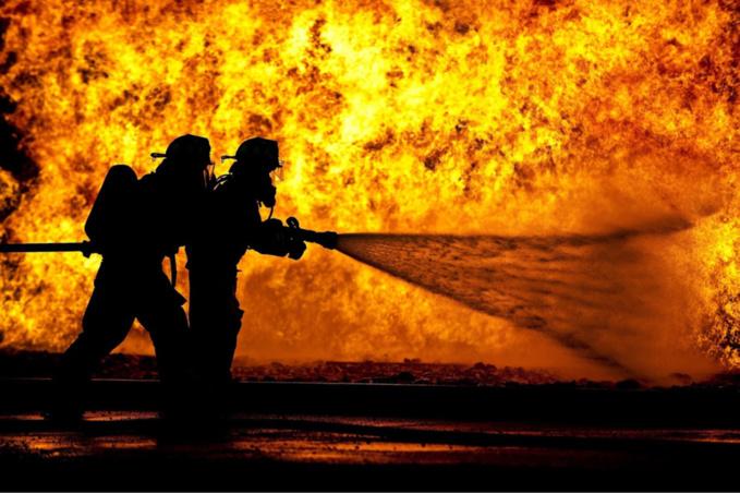 Les sapeurs-pompiers ont mis en batterie trois lances pour venir à bout de l'incendie - Illustration @ Pixabay