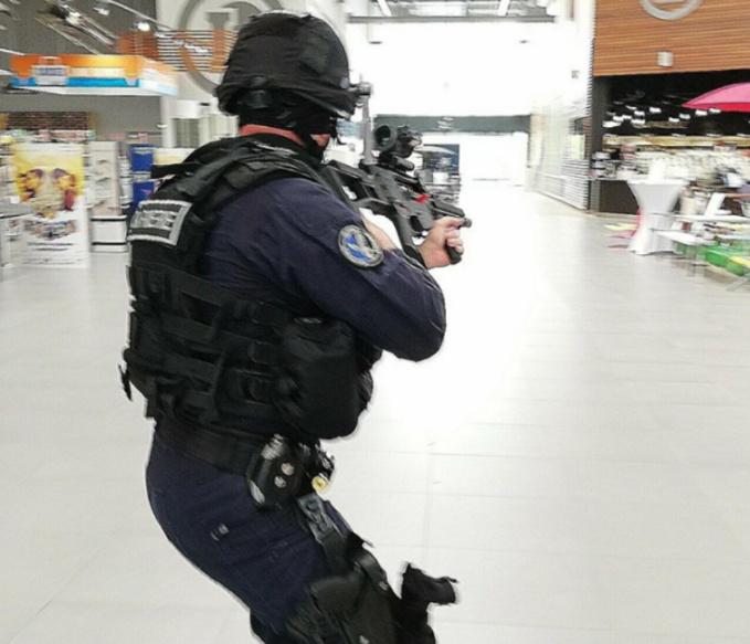 Evacuer les otages et les victimes sont, dans un premier temps, la priorité des forces de sécurité - Crédit photo © Gendarmerie de l'Eure/Facebook