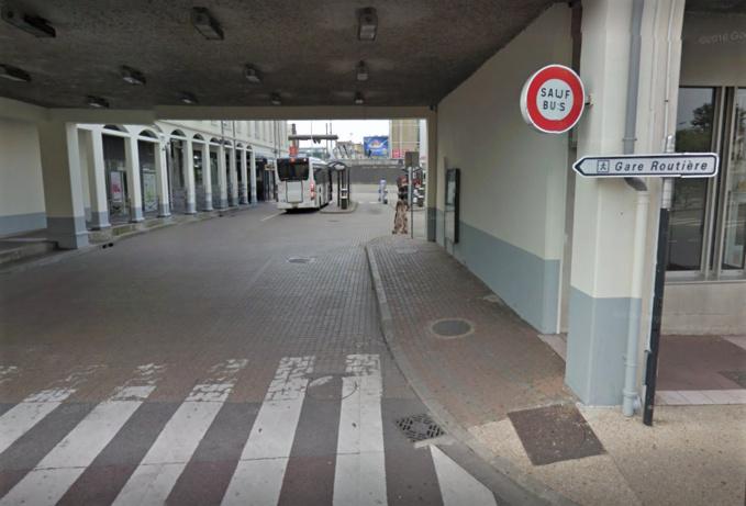 La gare routière de Poissy a été prise par d'assaut par les usagers du RER A privés de train suite à un acte de malveillance - Illustration © Google Maps