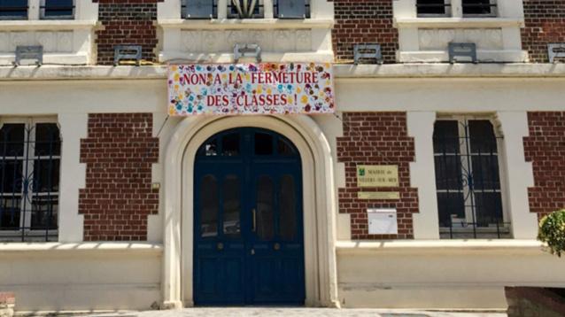 une banderole décorée par les enfants de la petite section de maternelle a été affichée aujourd'hui jeudi sur la façade de la mairie