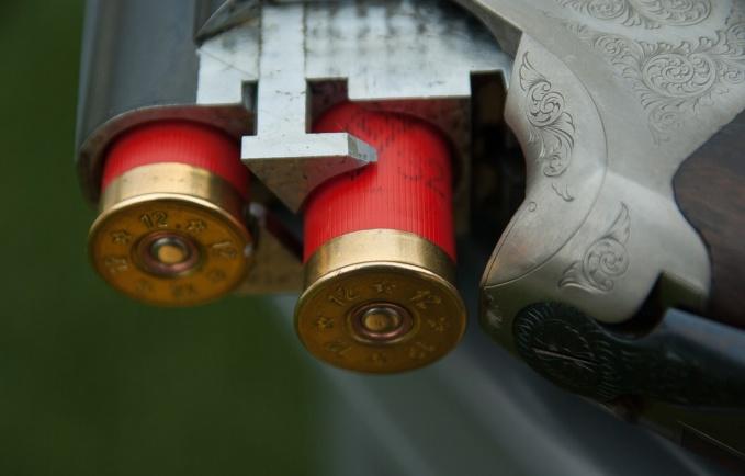 Des cartouches de camibre 12 et un fusil à canon scié ont été découverts dans l'un des véhicules - Illustration © Pixabay
