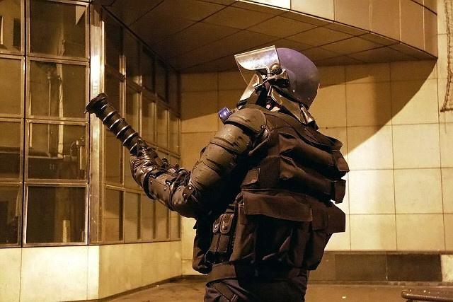 Les policiers ont fait usage de leur armement anti-émeutes pour faire reculer les assaillants - Illustration